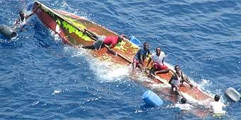 La embarcación de los piratas somalíes fue volcada por la zozobra de un barco panameño-