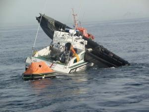 Una embarcación de la Guardia Civil, tras embestir una lancha de un grupo de 'narcos'. Foto: GUARDIA CIVIL