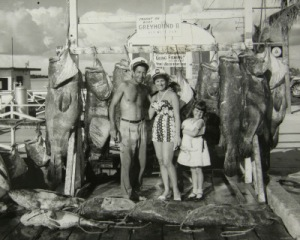 """Monroe County Library.  Fotografía que muestra los """"trofeos"""" capturados en Cayo Hueso (Florida) en 1958."""