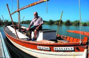 EMBARCADERO. Vicente Valero, en su barca tradicional. / DUART