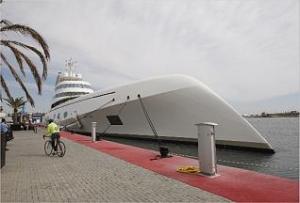"El ""A"" atracado ayer en el pantalán de megayates de la Marina Real Juan Carlos I. manuel molines"
