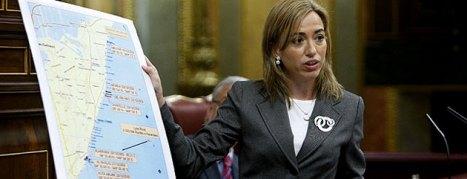 La Ministra Carme Chacón con un mapa de Somalia y la zona de actuación de los piratas