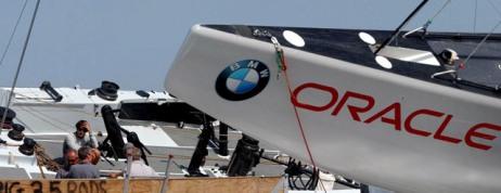El BMW-Oracle, en primer término, junto al Alinghi suizo, durante una regata de 2004.