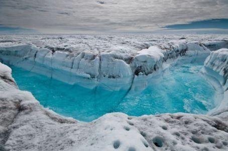 El agua superficial del hielo derretido fluye por la capa helada de Groenlandia, a lo largo de un glaciar. / IAN JOUGHIN