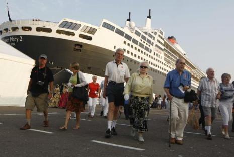Cruceristas tras desembarcar del ´Queen Mary 2´ en Valencia.
