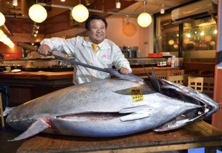 Kiyoshi Kimura posa con el atún de récord. / YOSHIKAZU TSUNO (AFP)
