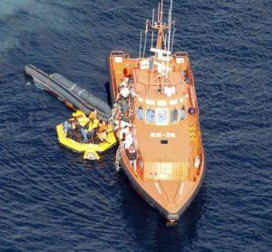 Imagen del rescate de la embarcación que naufragó en octubre cerca de Alhucemas (Marruecos) / EFE