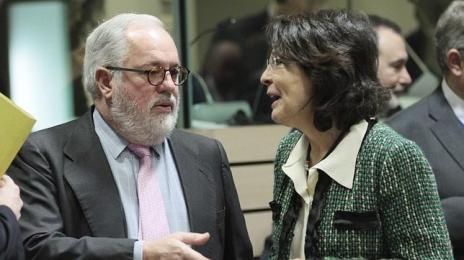 EFEMiguel Arias Cañete conversa con la comisaria europea de Pesca, Maria Damanaki