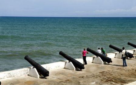 Cañones en el fuerte de Cape Coast, en la costa de Ghana. / ALFREDO CÁLIZ