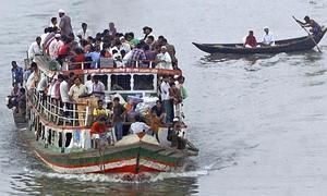 Imagen de un ferry en Bangladesh. / Afp