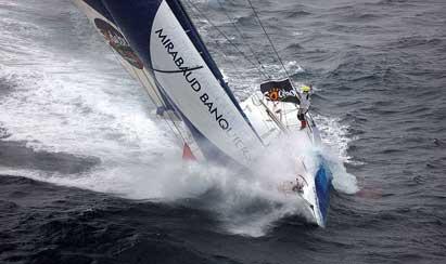 Bajo estas líneas, el Mirabaud del suizo Dominique Wavre, un experto navegante de 57 años que afronta la cuarta Vendée Globe y la octava vuelta al mundo