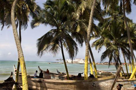 Playas de Elmina, en la costa de Ghana; al fondo, el fuerte, donde se encerraban a los esclavos hasta que eran embarcados. / ALFREDO CÁLIZ