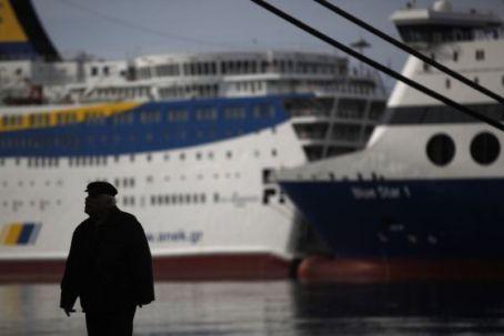 Transbordadores amarrados en el puerto del Pireo. / KOSTAS TSIRONIS (AP)