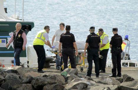 El cadáver de uno de los ocho inmigrantes desparecidos hoy tras el vuelco de una patera en aguas de Lanzarote- (EFE)