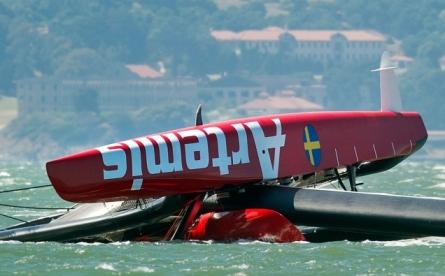 La embarcación sueca Artemis AC72, tra sufrir el accidente en la bahía de San Francisco. | AP