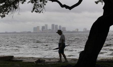 Un hombre en Florida durante la tormenta Isaac en agosto de 2012. / AP