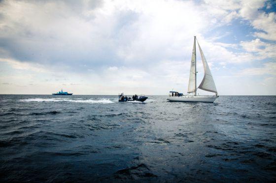 Mediodía, unas millas al oeste de la isla de Alborán. Una lancha del 'Fulmar', buque de operaciones especiales del Servicio de Vigilancia Aduanera (al fondo de la imagen), se aproxima a un velero sobre el que ha recaído una orden de asalto e inspección. / GIANFRANCO TRIPODO