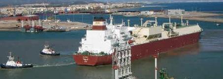 Un barco entra en el puerto de Sagunto para descargar gas. / LP