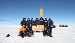 Investigadores rusos tras perforar hasta el lago subglacial Vostok en mayo de 2012. / AP