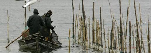 Los sistemas tradicionales para atravesar el lago son percha o vela latina. / Jesús Signes