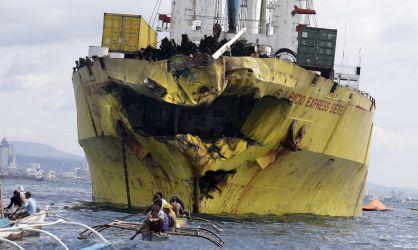 Estado en que ha quedado el carguero tras chocar con el ferry. / D. M. S. (EFE)