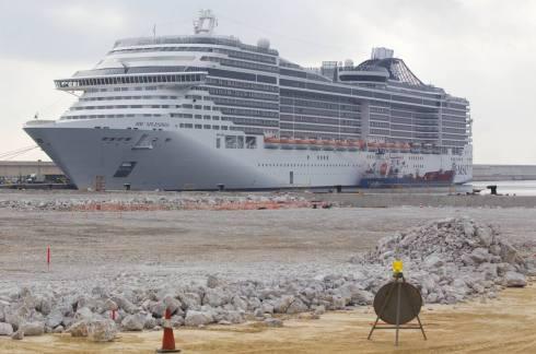 Llegada del MSC Splendida a la nueva zona de atraques de cruceros en la Marina Real del puerto de Valencia/ damián torres.