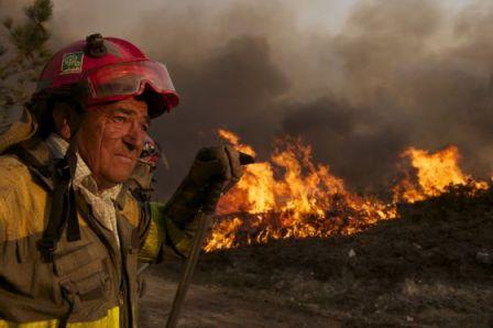 Un brigadista durante la extinción del incendio del año pasado en Allariz (Ourense). / NACHO GÓMEZ