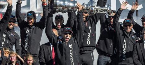 El equipo Oracle celebra el trofeo logrado (globally.es).