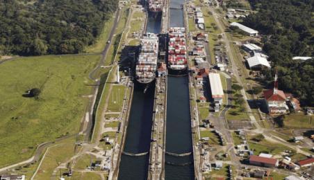 Tres buques de carga cruzan por las esclusas de Gatún, en el Canal de Panamá. reuters/josé gómez