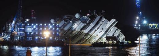 El Costa Concordia, durante las labores de reflote. / Archivo