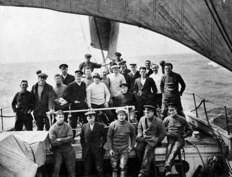 La tripulación del Endurance. En el centro, con jersey claro y sombrero oscuro, Shackleton. / AP