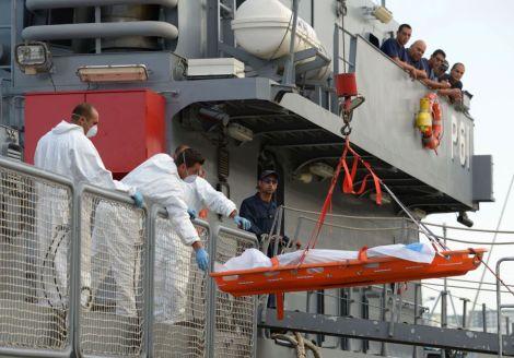 La Marina de Malta explicó que el naufragio se produjo a las 17.15. Un avión militar en vuelo de reconocimiento sobre el canal de Sicilia avistó una barcaza repleta de inmigrantes, quienes, para hacerse notar, empezaron a moverse haciendo señales desesperadamente.  Matthew Mirabelli (AFP)