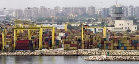 Contenedores apilados en el puerto de Valencia. / Irene Marsilla