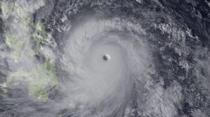 """Imagen de satélite cedida por la Administración Nacional Oceánica y Atmosférica de Estados Unidos, que muestra el tifón """"Haiysan"""", acerándose a Filipinas por el Este. NOAA / HANDOUT"""