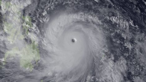 El mismo tifón desde un satñelite meteorológico antes de asolar Filipinas.