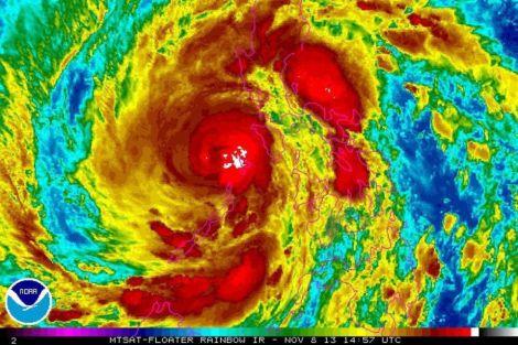 """Imagen de satélite facilitada por la Administración Nacional de Océanos y Atmósfera de Estados Unidos (NOAA, por su sigla en inglés) que muestra el tifón """"Haiyan"""" en Filipinas el viernes 8 de Noviembre 2013. STR/HANDOUT"""
