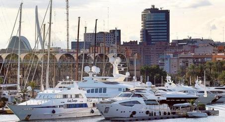Algunas de las grandes embarcaciones que permanecen atracadas en Valencia. / J. Signes