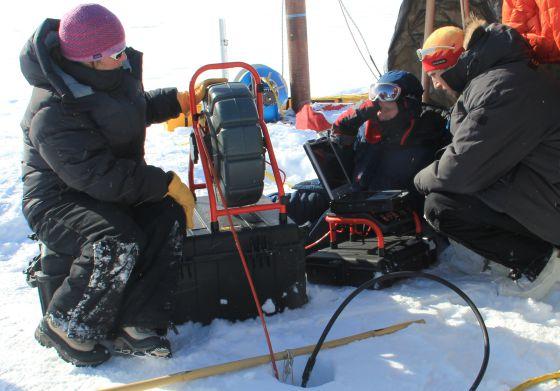 Los glaciólogos toman muestras en una perforación en el hielo de Groenlandia. / UNIVERSITY OF UTAH / CLEMENT MIEGE