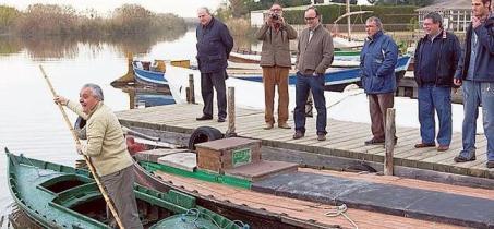 Aleixandre, a bordo de una barca, enseña las maniobras básicas con la 'perxa' típica. ::DAMIÁN TORRES