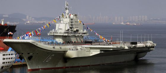 El portaviones chino 'Liaoning', anclado en el puerto de Dalian, en septiembre. / J. LEE (EFE)