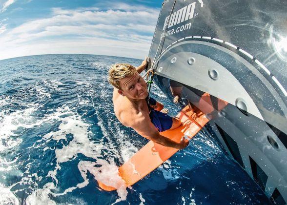 Un tripulante del del PUMA OCEAN Racing revisa la pala del timón. / RICK DEPE