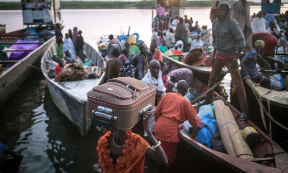 Civiles de Sudán del Sur huyen de los enfrentamientos.