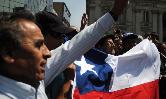 Un grupo de chilenos se manifiesta este lunes, 27 de enero de 2014, en la Plaza de Armas, en Santiago de Chile. / efe