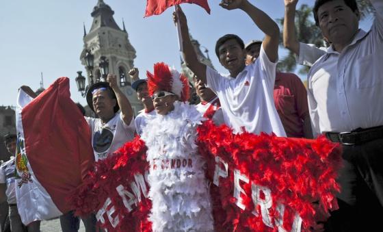 Manifestantes en Perú frente al Palacio de Gobierno en Lima. / AFP