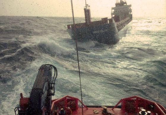Una embarcación de Salvamento marítimo rescata al carguero holandés / EFE