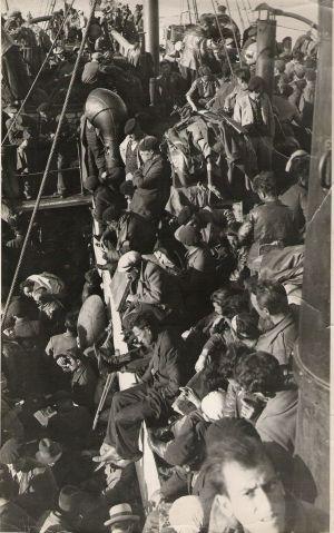 Sobre estas líneas, la repleta cubierta del buque Stanbrook durante la travesía de Alicante a Orán, en marzo de 1939. / Legado Rodolfo Llopis. Fundación Caja Mediterráneo