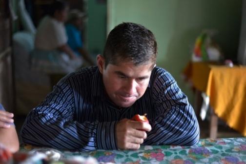 El náufrago José Salvador Alvarenga, en casa de su familia. / JÉSSICA ORELLANA