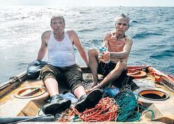Epifanio e Imeldo durante la recreación de la odisea de su naufragio en una de las escenas del documental. :: Luis Adern