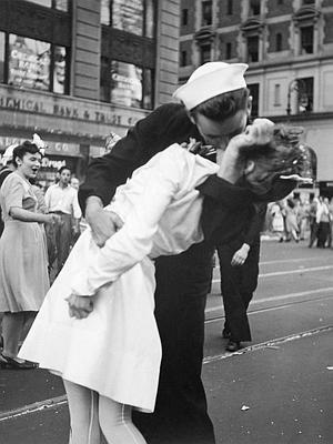 La histórica imagen que se tomó el día de la rendición de Japón. / Archivo