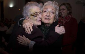 Helia González (derecha), pasajera del Stanbrook, abraza a Juanita Alberich, esposa de otro de los refugiados, en un acto conmemorativo en Valencia. / José Jordán